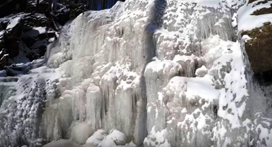 На Закарпатье сковало льдом водопад Скакало