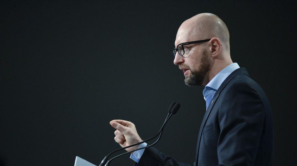 Яценюк советует Порошенко возглавить процесс комплексных изменений Конституции