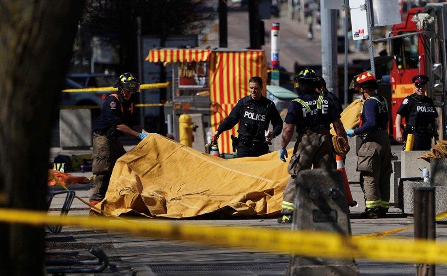 Девять человек погибли при наезде микроавтобуса на пешеходов в Торонто