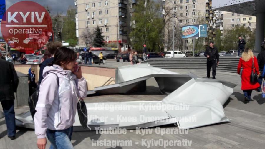 В Киеве лист металла со здания торгового центра упал на женщину