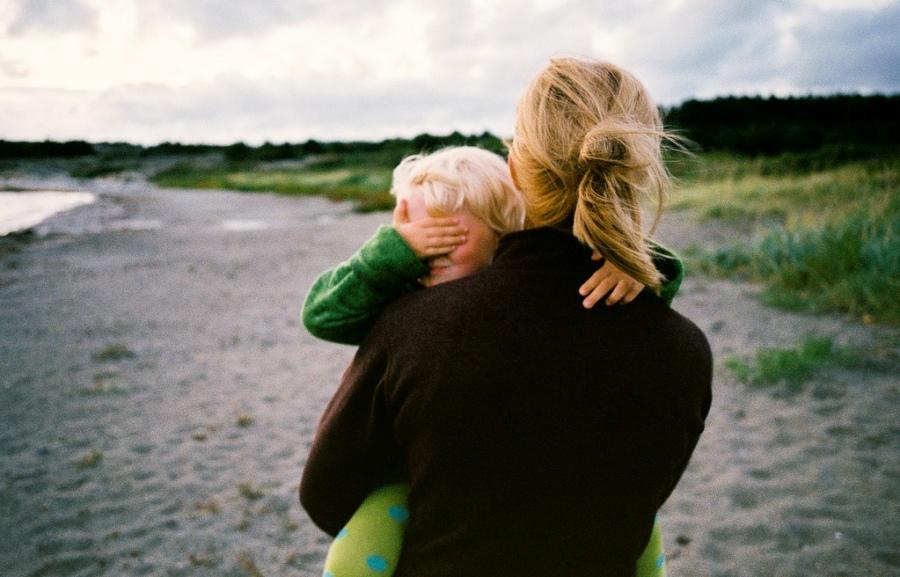 Украинские семьи уходят в «тень»: число матерей-одиночек выросло в 22 раза