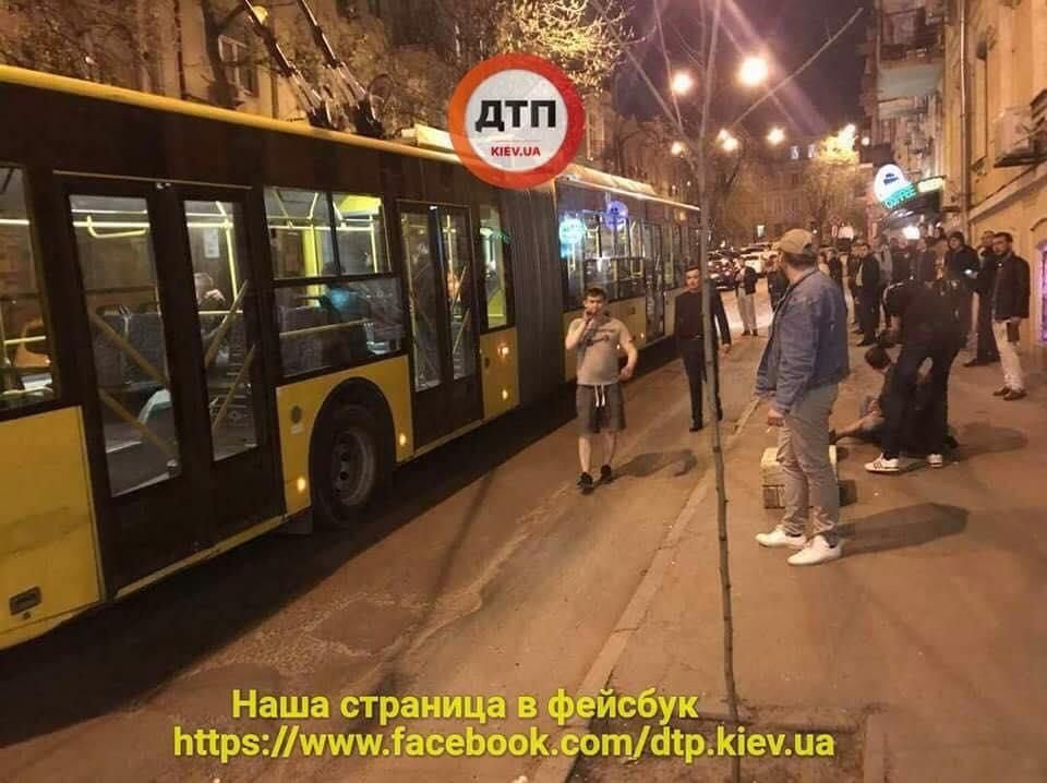 В центре столицы перекрыли улицу из-за поножовщины в троллейбусе