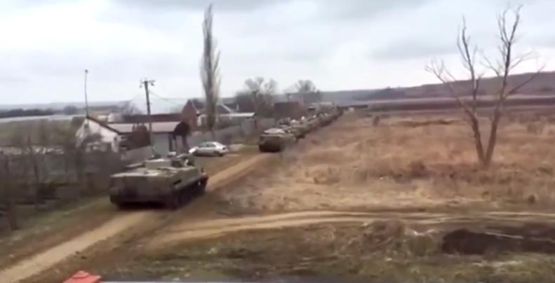 Российская журналистка показала движение колонны бронетехники у границы с Украиной