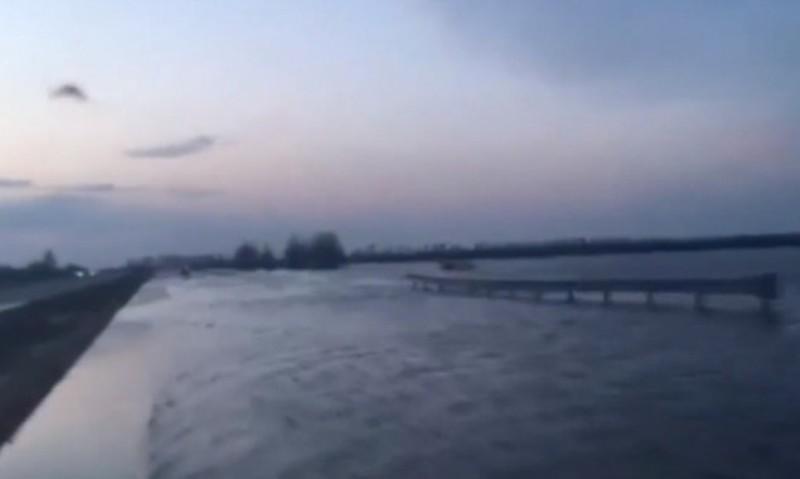 Трассу Киев-Харьков затопило: автомобили едут в воде