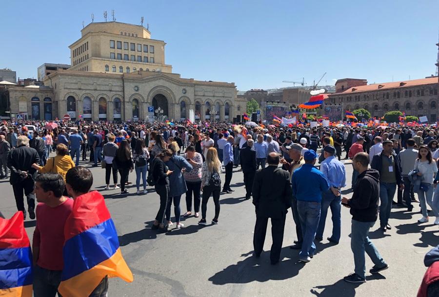 В Ереване перекрыты дороги и метро
