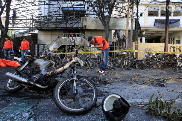 В Индонезии террористы взорвали три христианские церкви