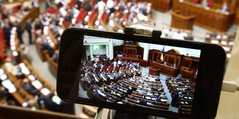 Звідки беруть і куди витрачають кошти парламентські партії в Україні