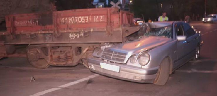 В Киеве Mercedes столкнулся с поездом, перевозившим танк: Видео
