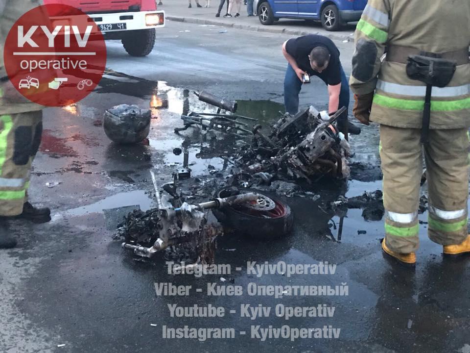 В Киеве на ходу сгорел мотоцикл