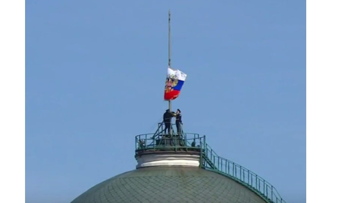 На инаугурации Путина солдатам не удалось поднять штандарт президента