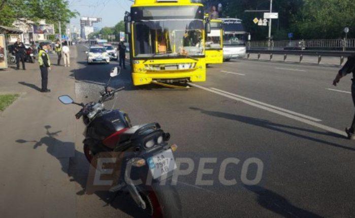 В центре Киева троллейбус сбил мотоцикл