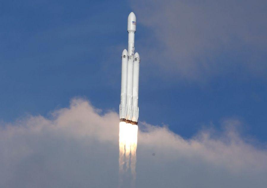 Маск подписал первый военный контракт на Falcon Heavy со спутником