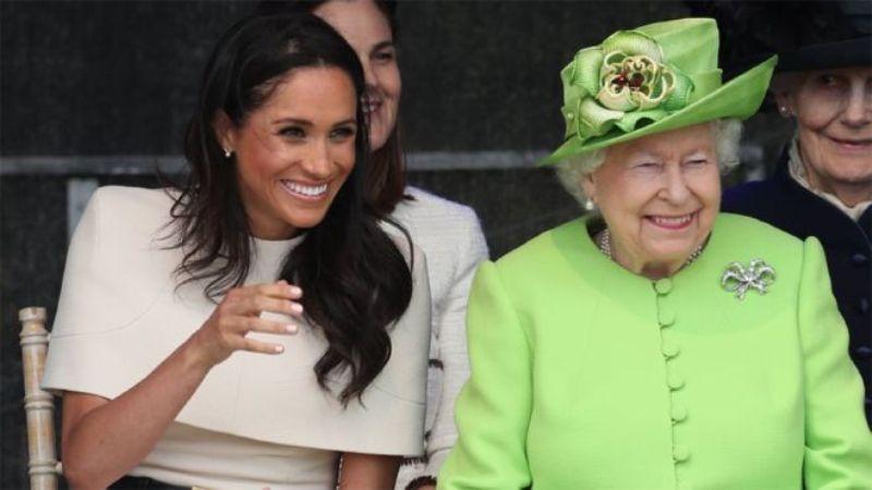 Королева Елизавета II подарила Меган Маркл мини-копию своих украшений