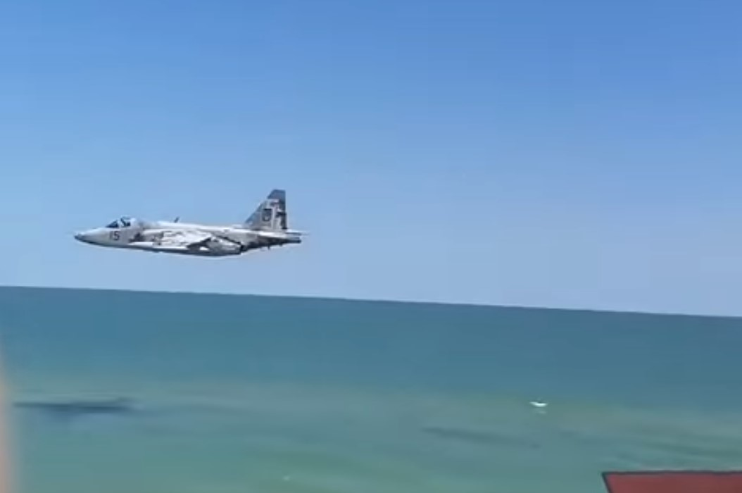 Украинский штурмовик пролетел на предельной малой высоте над пляжем
