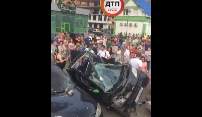 В Ирпене BMW снес остановку и разбил несколько припаркованных авто