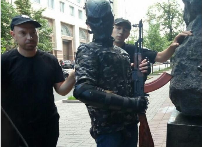 Возле Кабмина задержали мужчину с автоматом Калашникова