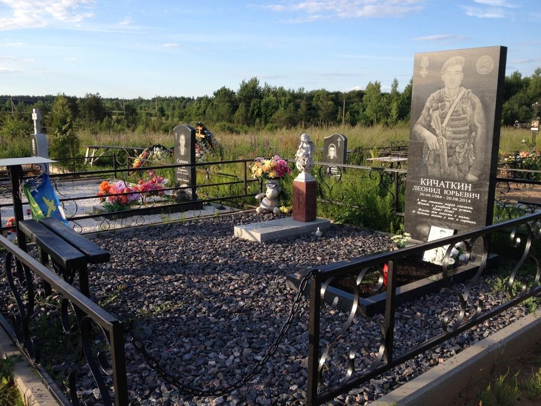 На могилах погибших в Украине псковских десантников установили памятники с военной символикой