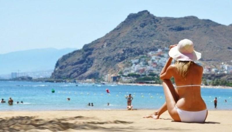 Каталонские женщины требуют разрешения купаться топлес