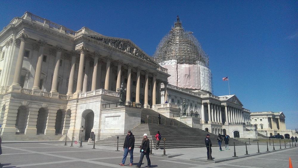 За что сражаются демократы и республиканцы на промежуточных выборах в США