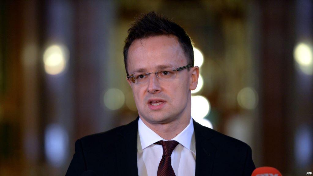 Сийярто считает законной выдачу венгерских паспортов гражданам Украины