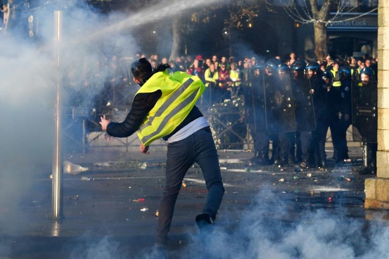 Во Франции сотни человек пострадали в ходе протестов против роста налогов