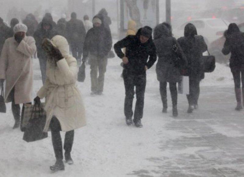 Синоптики предупреждают о мокром снеге, гололедице и сильном ветре в Украине