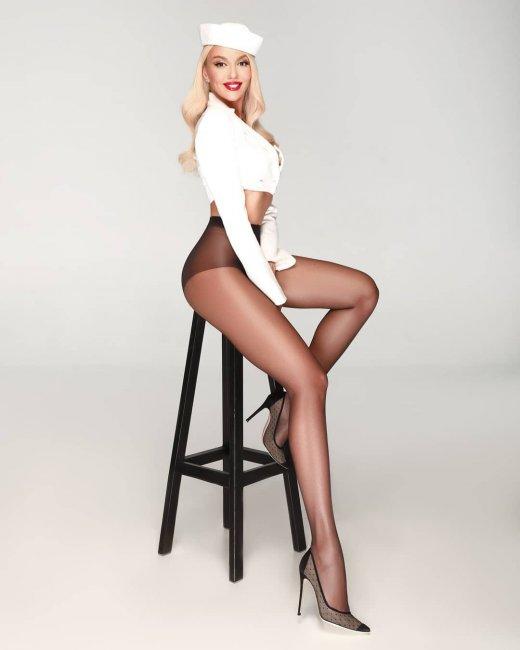 Оля Полякова показала бесконечно длинные ноги в одних колготах