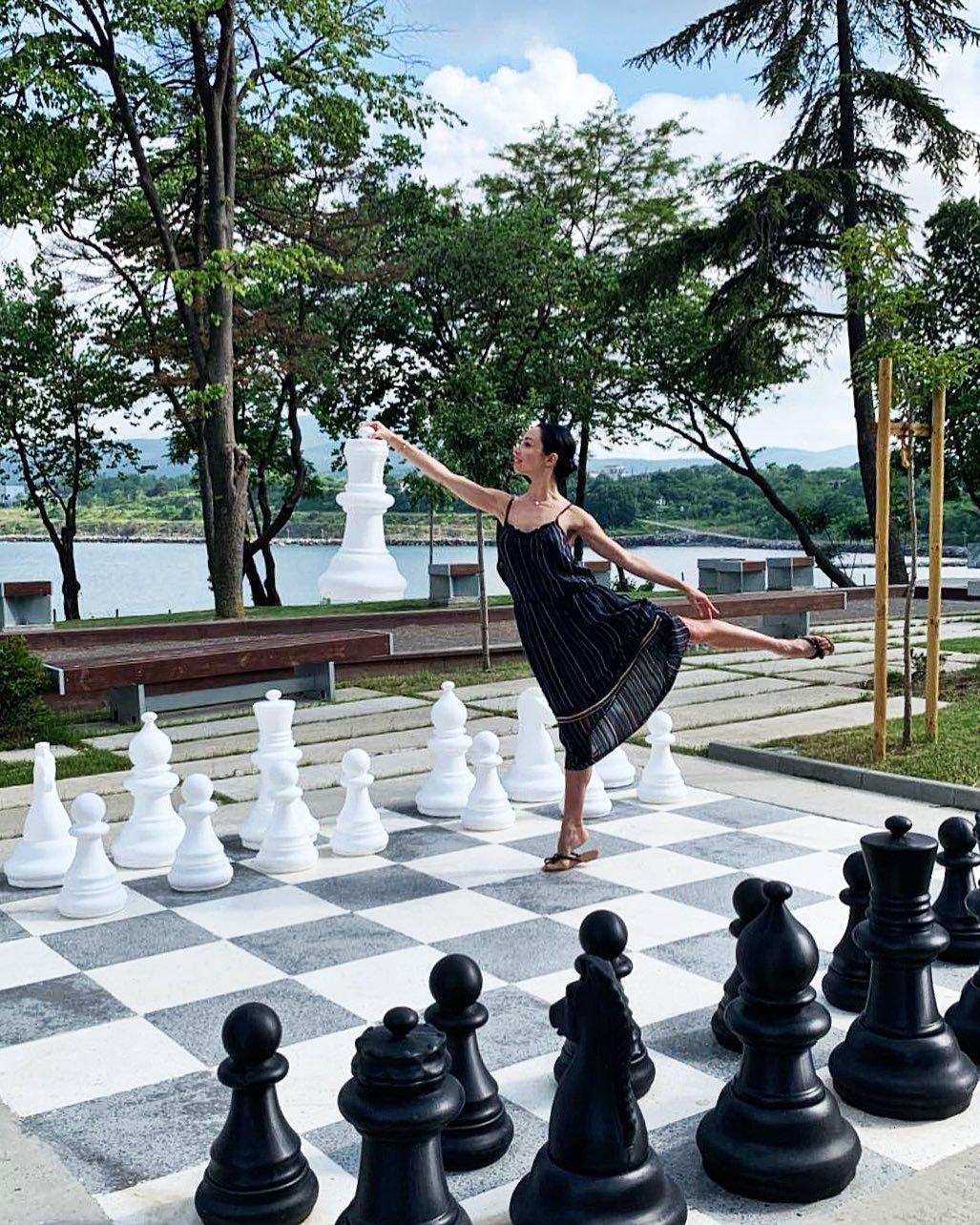 Екатерина Кухар позировала в воздушном летнем платье