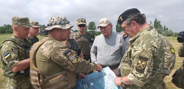 Кучма проинспектировал разведение сил возле Станицы Луганской: Фото
