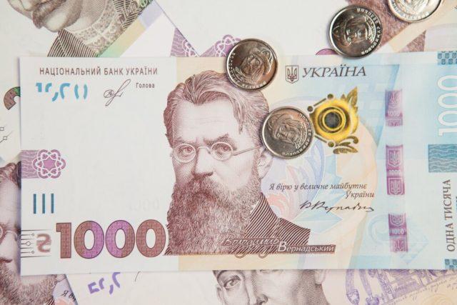 В октябре украинцы откажутся от летнего времени, мелочи и бумажек