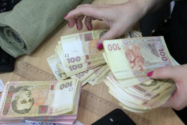 Кабмин утвердил размер средней зарплаты на три года