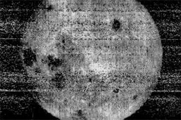 Опубликован первый в истории снимок темной стороны Луны