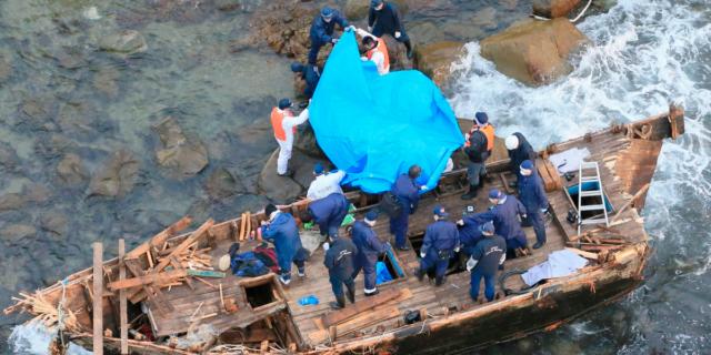 «Корабль-призрак» с командой на борту обнаружили у берегов Японии
