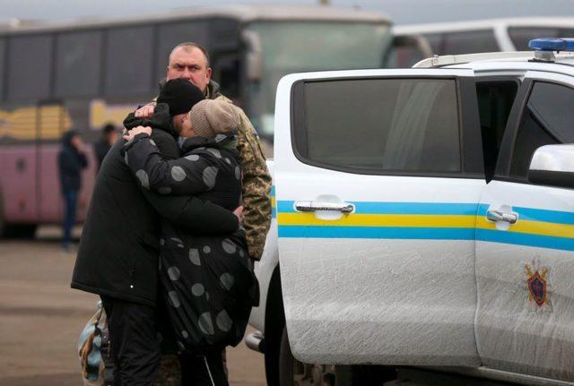 Встречу освобожденных украинцев с их семьями запечатлели на фото