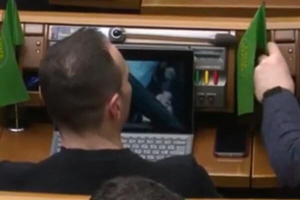 Кабанов из «Слуги народа» смотрел кино, пока в Раде дрались: видео