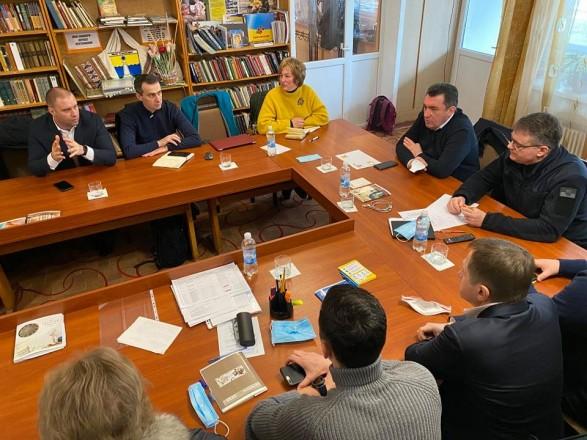 Данилов рассказал о «вирусологах» в спортивных костюмах, стоящих за протестами в Новых Санжарах