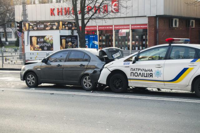 В Киеве копы на скорости протаранили два Hyundai: видео