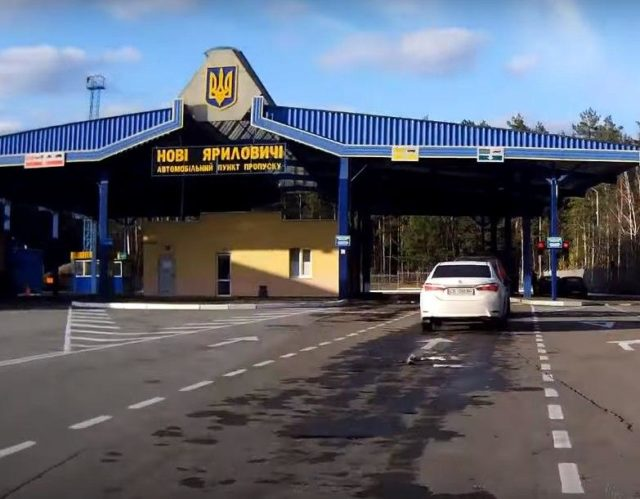 Сотни автомобилей и фур застряли на украинской на границе