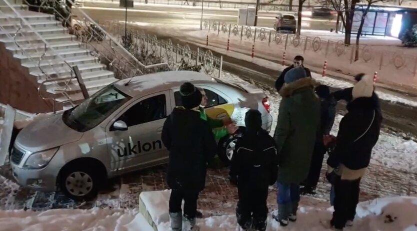 Таксист Uklon полетел на заказ и не заметил ступеньки: видео