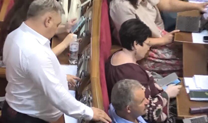 Впервые в истории Украины нардепу сообщили о подозрении в «кнопкодавстве»