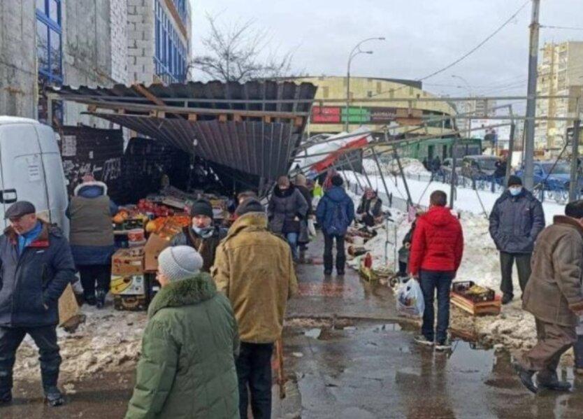 В Киеве навес рухнул на людей: фото
