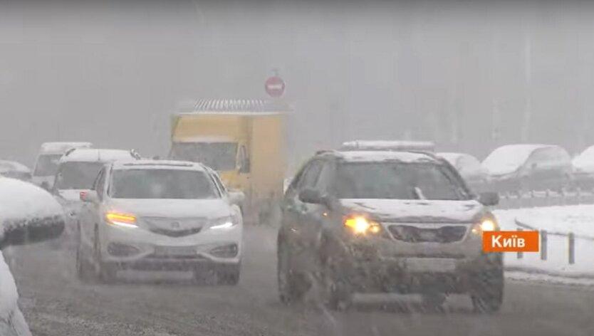 Киев стоит в пробках из-за снегопада: карта