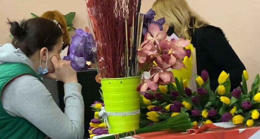 Украинцам рассказали о цене на цветы перед 8 марта