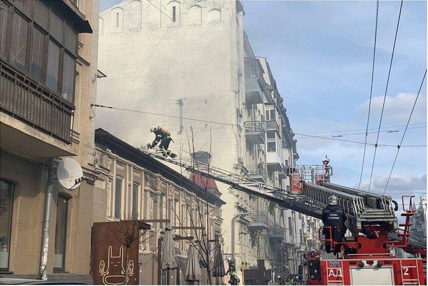 Мощный пожар парализовал центр Киева: видео