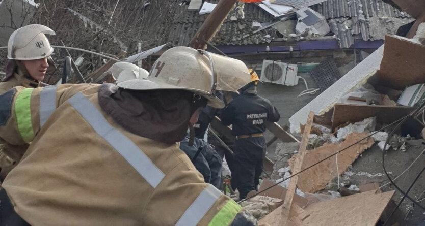 В Киеве взорвался дом, спасатели ищут людей под завалами