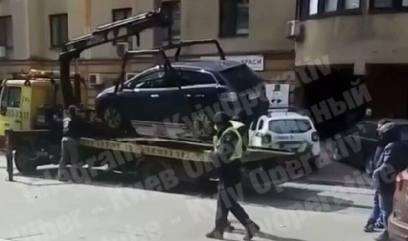Киевлянам напомнили, как бороться с припаркованными посреди дороги авто